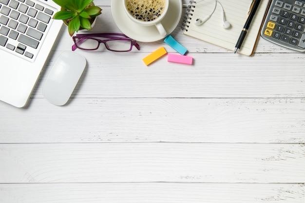 Mesa de madeira branca com computador portátil e café em madeira branca