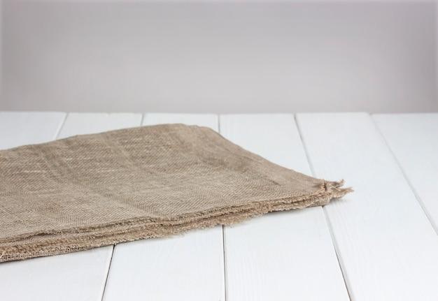 Mesa de madeira branca com toalha de mesa