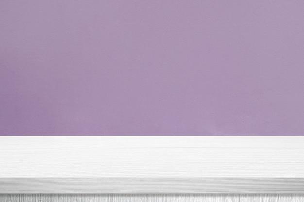 Mesa de madeira branca e fundo de parede roxo
