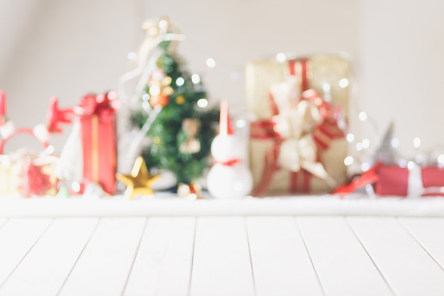 Mesa de madeira branca na frente desfocada fundo de objeto de natal