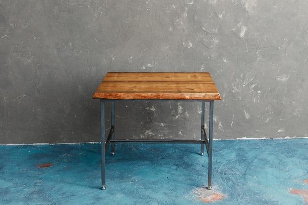 Mesa de madeira clássica construída a partir de fábrica de móveis com corte de madeira bruto e original premium