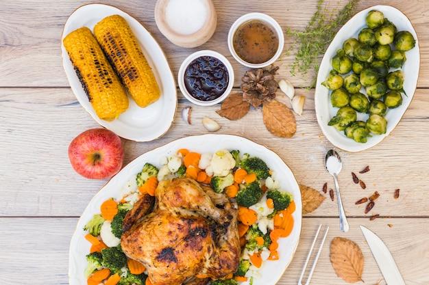 Mesa de madeira coberta com vários alimentos