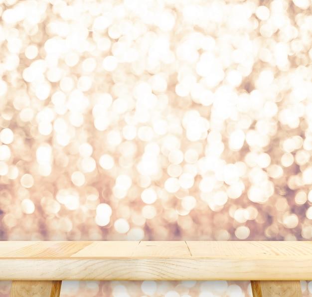 Mesa de madeira com bokeh rosa brilhante, espaço vazio para exibir seu produto