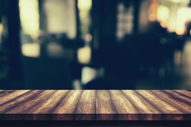 Mesa de madeira com borrão bokeh café restaurante