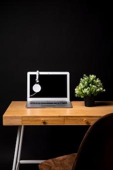 Mesa de madeira com cadeira e laptop