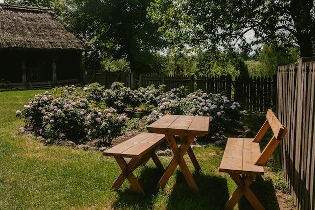 Mesa de madeira com cadeiras no jardim