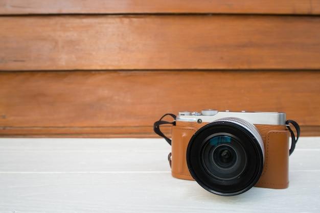 Mesa de madeira com câmera moderna sem espelho