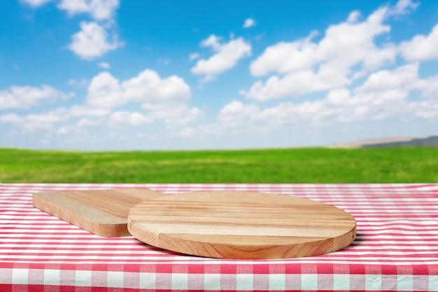 Mesa de madeira com campo
