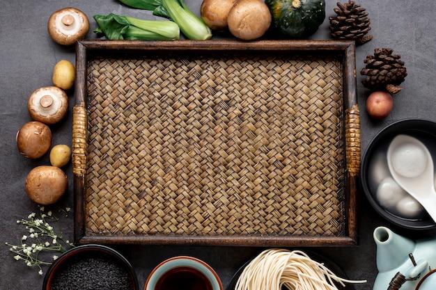 Mesa de madeira com cogumelos e legumes