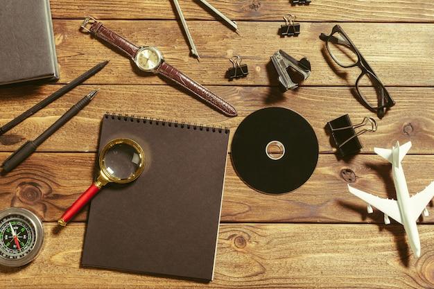 Mesa de madeira com ferramentas de escritório
