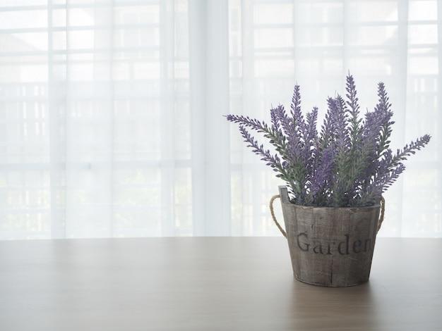 Mesa de madeira com flor de lavanda.