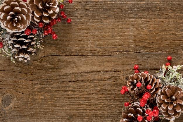 Mesa de madeira com folhas e cones de pinheiro
