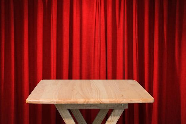 Mesa de madeira com fundo de cortina vermelha