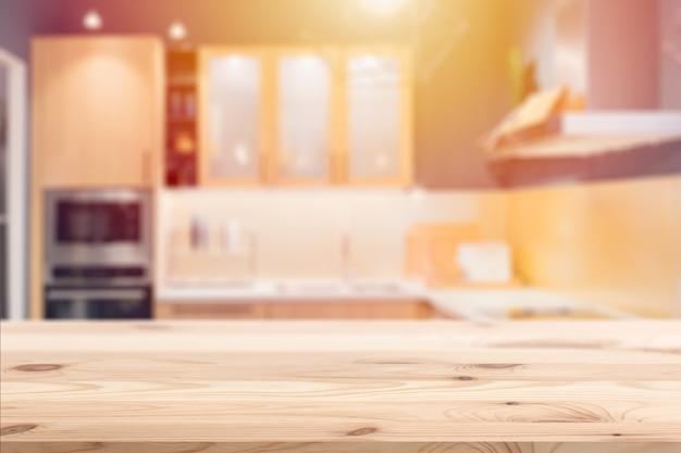 Mesa de madeira com fundo de cozinha borrão