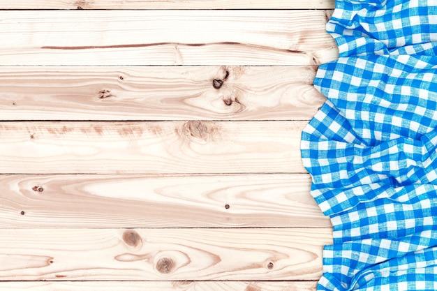 Mesa de madeira, com fundo de toalha de mesa azul