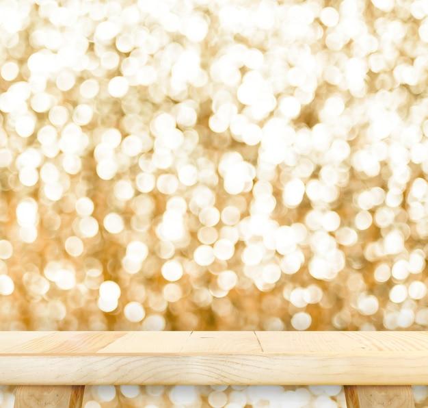 Mesa de madeira com fundo espumante dourado bokeh, sala vazia para exibir seu produto