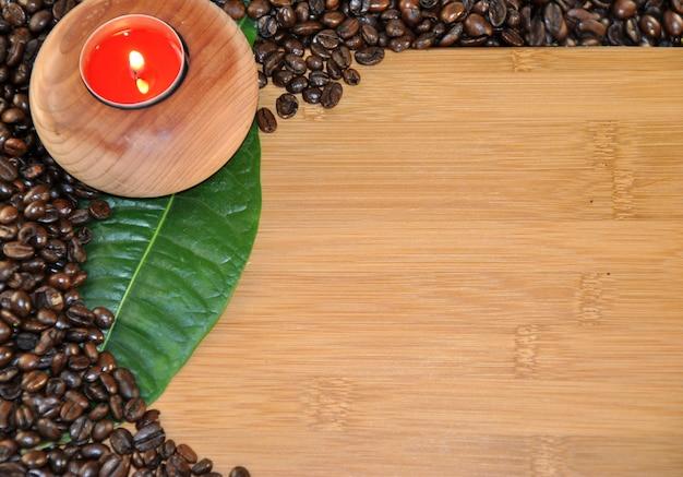 Mesa de madeira com grãos de café de vela redonda