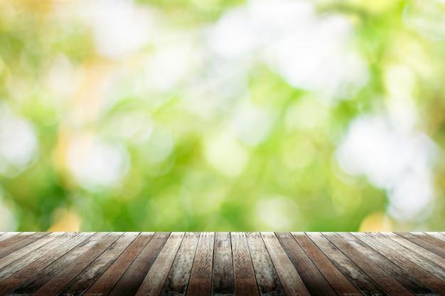 Mesa de madeira com natureza verde fresca