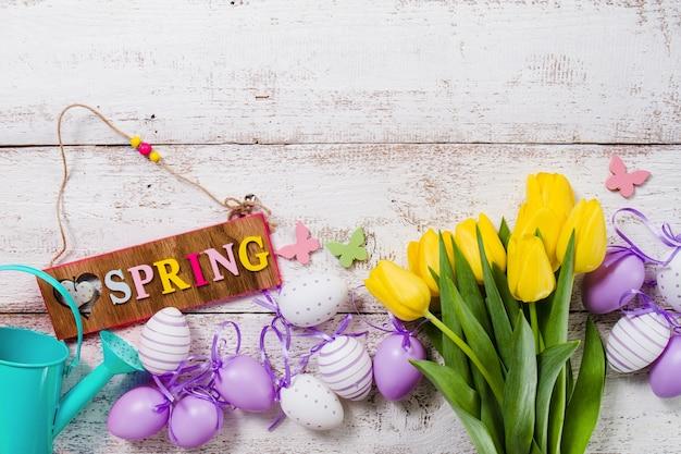 Mesa de madeira com objetos decorativos primavera