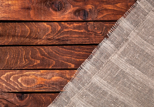 Mesa de madeira com pano de saco.