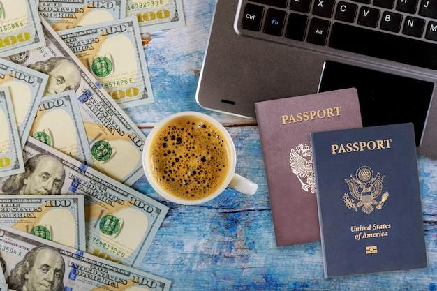 Mesa de madeira com passaportes americanos e russos, café expresso e dólares americanos