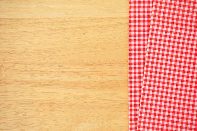 Mesa de madeira com tecido xadrez rosa clássico ou toalha de mesa no canto