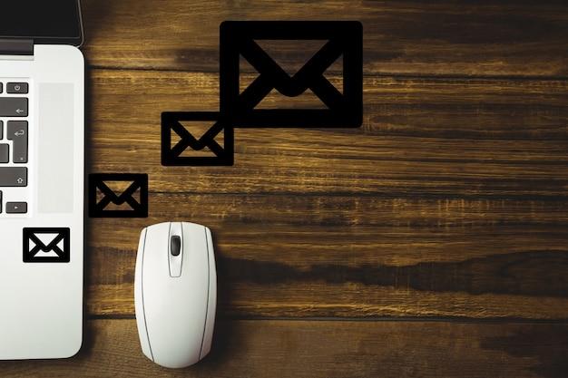 Mesa de madeira com um mouse e envelopes