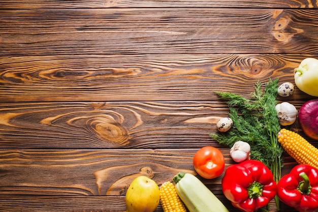 Mesa de madeira com vegetais à direita