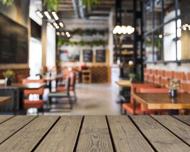 Mesa de madeira com vista para a decoração do restaurante