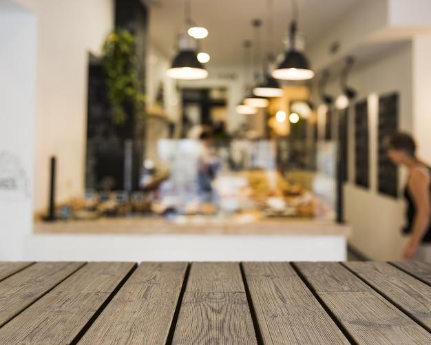 Mesa de madeira com vista para o buffet