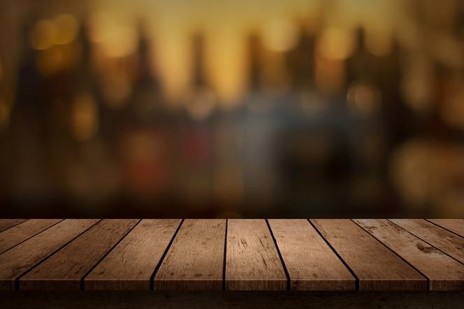 Mesa de madeira com vista para o pano de fundo borrado bebidas bar