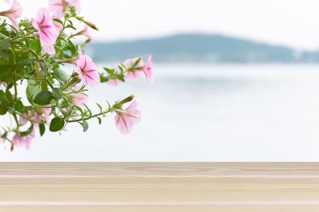 Mesa de madeira com vista para o ramo de flores