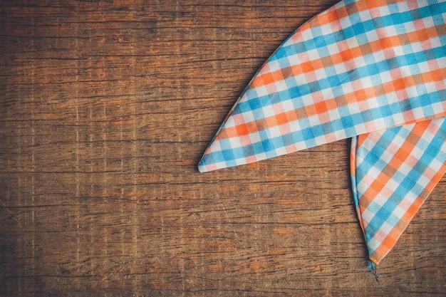 Mesa de madeira de fundo com uma toalha de mesa com efeito de filtro estilo vintage retrô