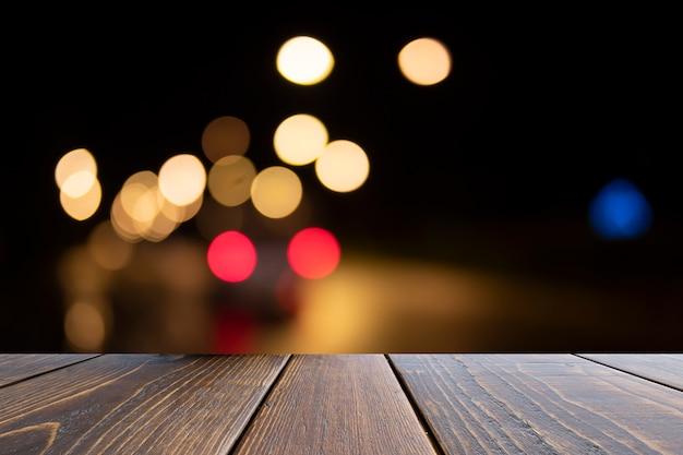 Mesa de madeira de marrom na frente turva fundo