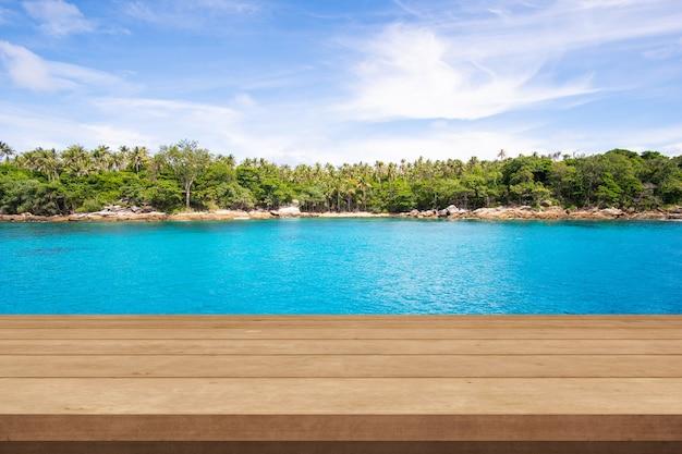 Mesa de madeira de topo no mar