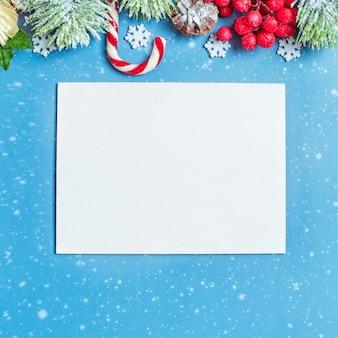 Mesa de madeira decorada com presentes de natal. fundo com maquete de espaço de cópia. feliz natal e feliz ano novo.