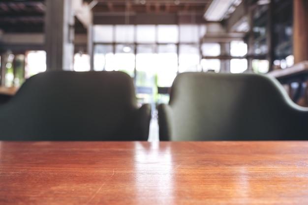 Mesa de madeira e cadeiras no café