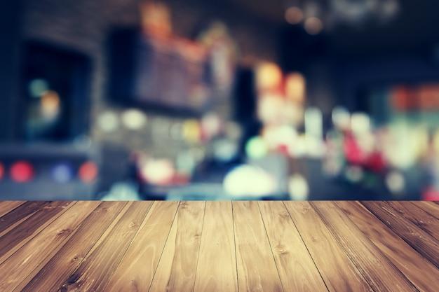 Mesa de madeira e fundo de loja de cofee borrão