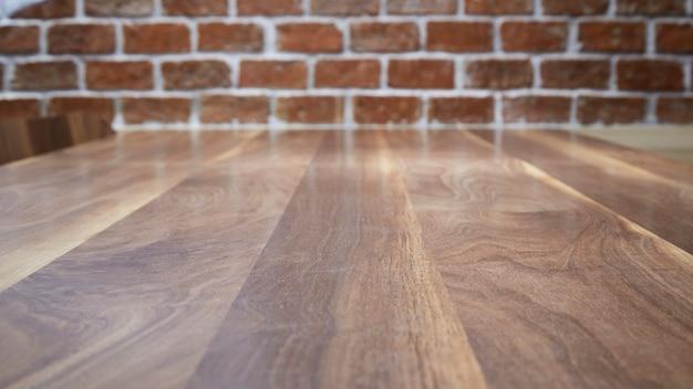 Mesa de madeira e fundo de parede de tijolo