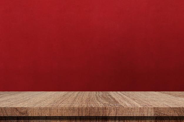 Mesa de madeira e fundo de parede vermelha