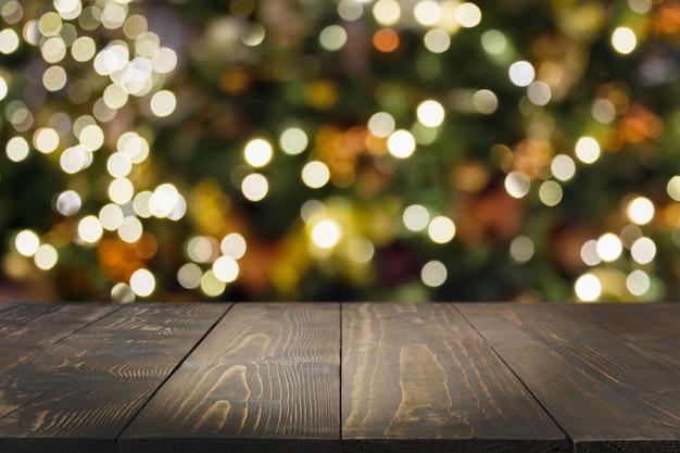 Mesa de madeira e guirlanda turva.