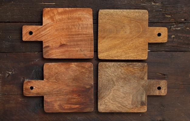 Mesa de madeira e tábuas de corte antigas, vista superior, espaço de cópia