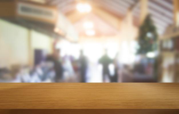 Mesa de madeira em desfocar o fundo do restaurante moderno