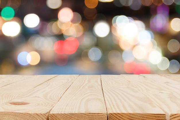 Mesa de madeira em frente ao bokeh abstrato desfocado