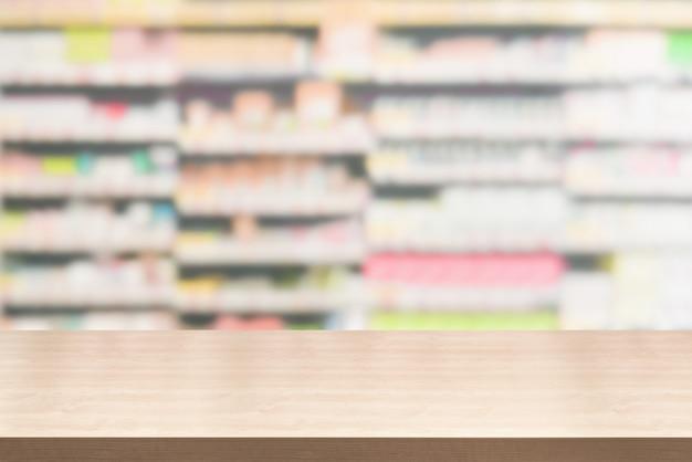 Mesa de madeira em fundo de farmácia ou drogaria com espaço de cópia vazio na mesa para exposição de produtos