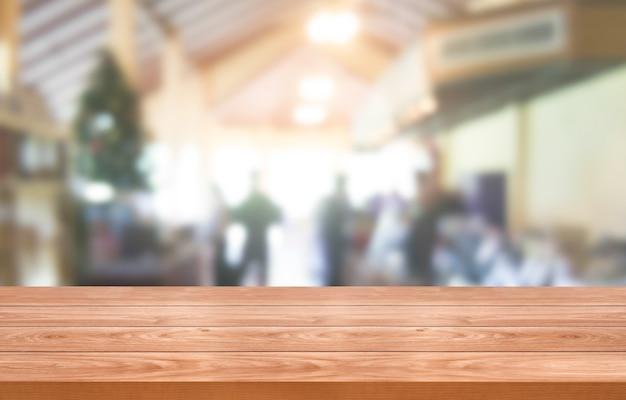 Mesa de madeira em um fundo desfocado de um restaurante moderno ou cafeteria para exposição de produtos