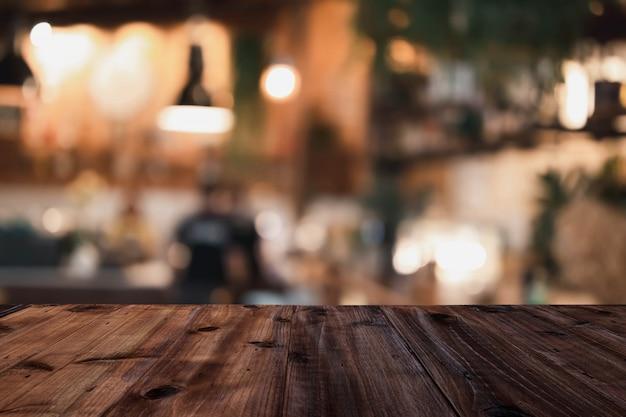 Mesa de madeira em um restaurante fundo desfocado