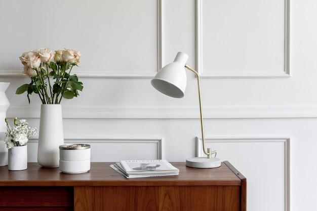 Mesa de madeira encostada em parede branca