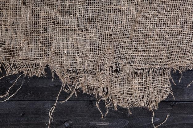 Mesa de madeira escura com estopa