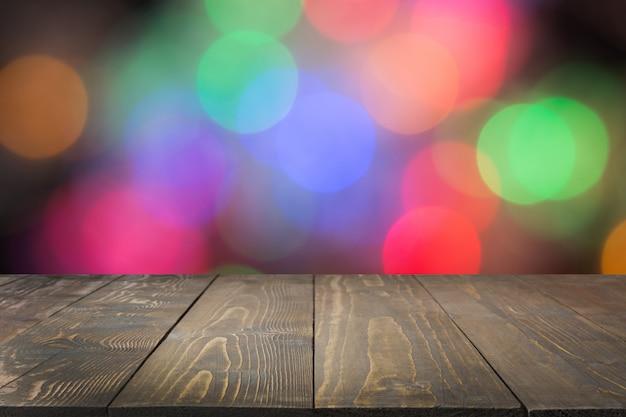 Mesa de madeira escura e bokeh colorido turva. natal.